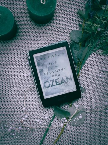 Buchcover von Mit dir leuchtet der Ozean vo Lea Coplin